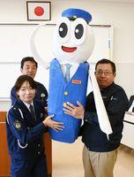 手作りの「ごろうくん」人形を署員に手渡す浅川功樹さん=鳥栖署
