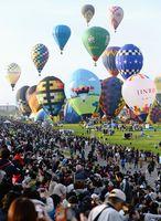 大空へ一斉に飛び立つバルーン=10月30日、佐賀市の嘉瀬川河川敷