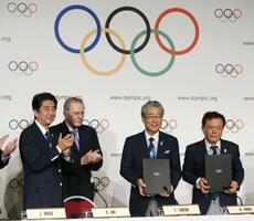 2013年9月、20年東京五輪の開催都市契約の調印式で安倍首相(左端)らと写真に納まる招致委の竹田恒和理事長(右から2人目)=ブエノスアイレス(共同)