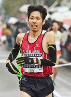 ハーフマラソン一般男子で県勢トップの2位に入ったひらまつ病院の梶原有高=鹿島市林業体育館前