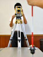 「高校生ものづくりコンテスト」県大会の測量部門で最優秀賞に輝いた腕前を見せる土木研究部員たち