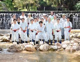 遊泳場を安全に遊べるように整備した鳥栖工高の生徒と四阿屋会、県の皆さん