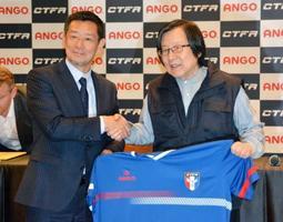 サッカーの台湾女子代表チーム監督に就任した越後和男氏(左)と台湾サッカー協会の邱義仁会長=18日、台北市(共同)