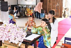 桜の花を献花し健やかな成長を祈る家族連れ=鳥栖市田代本町の太田山安生寺