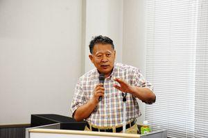 自らが開発した「もんげーバナナ」について講演する田中節三さん=みやき町コミュニティーセンター「こすもす館」