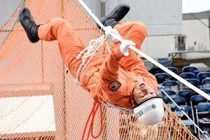 「ロープブリッジ救出」で要救助者の元へ俊敏な動きでロープを伝う消防隊員=佐賀市の県消防学校