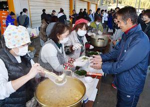 前半ゴール地点で豚汁を振る舞う女性たち=伊万里市の大川梨選果場