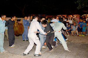 けんか浮立「ドテマカショ」でぶつかり合う若者たち=有田町大木宿の龍泉寺