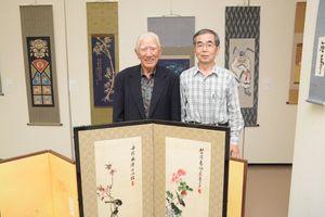 講師、OB、受講生らが表装の作品を並べた会場=佐賀市の県立美術館