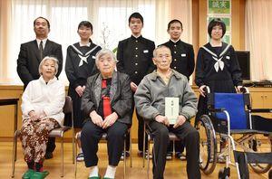車椅子を贈った児童生徒代表と、けいこう園の入所者たち=多久市の東原庠舎東部校