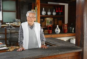 カウンターに立つ上野禎二郎さん。今も酒造場の掃除や換気をして管理する=唐津市魚屋町の旧東木屋酒造場