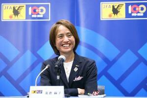 オンライン記者会見で、東京五輪に臨むサッカー女子日本代表メンバーを発表し、笑顔を見せる高倉監督=18日((C)JFA)