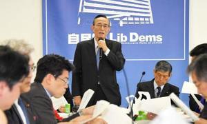 自民党の憲法改正推進本部の全体会合であいさつする細田博之本部長(中央)=21日午前、東京・永田町の党本部