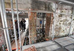 報道陣に公開された、保存工事が進む原爆ドームの内部=27日午前、広島市