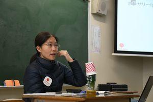 講演した「難民を助ける会」の安藤さん=佐賀市の佐賀女子短期大学