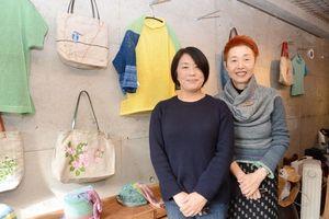 春らしい作品展を開く高祖さん(右)と濱さん=佐賀市のギャラリー遊