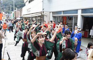 呼子朝市通りでよさこいを披露する佐賀大の「嵐舞」のメンバーたち=唐津市呼子町