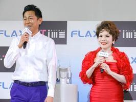 新商品の発表会に出席した東幹久(左)とデヴィ夫人=15日、東京都内