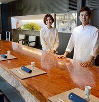 「さまざまな食材との出会いを楽しみながら、お客さまに喜んでもらえるような食体験を届ける」と話す料理長の西村卓馬さん(右)。レストランのみ(夕食)の利用もできる
