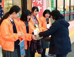 地震が発生した台湾を支援する募金活動を行った太良高校=鹿島市のララベル前