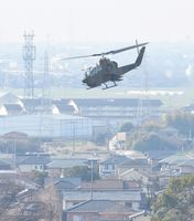 陸上自衛隊目達原駐屯地から飛び立つヘリコプター=22日午前9時38分、神埼郡