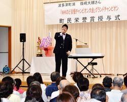 NHKのど自慢グランドチャンピオンに選ばれ、地元でコンサートを開く篠﨑大輔さん=伊万里市の波多津町コミュニティセンター