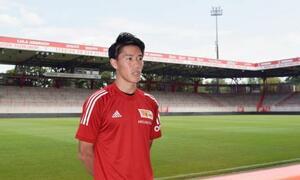 ウニオン・ベルリンに加入し、本拠地のスタジアムで記者会見する遠藤渓太=13日、ベルリン(共同)