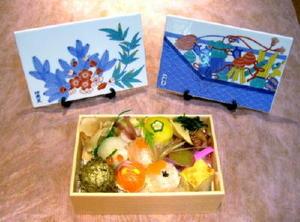 窯元見学で提供される手まり寿司弁当。陶板は松竹梅(左)と青海波宝尽くしの2種類から選べる