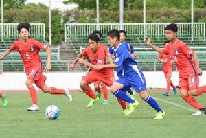 22日に行われた練習試合で、ゴールに迫る日本代表の選手=佐賀市の県総合運動場陸上競技場