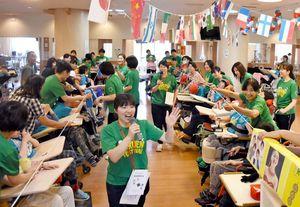家族や職員、学生ボランティアと共に体育大会を楽しむ利用者=佐賀市の佐賀整肢学園こども発達医療センター