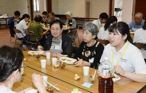 話しながら笑顔でカレーを食べる学生と利用者=吉野ヶ里町の三田川健康福祉センターふれあい館