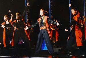 サヨナラショーで宙組メンバーと踊る朝夏まなとさん(中央)=東京宝塚劇場(c)宝塚歌劇団