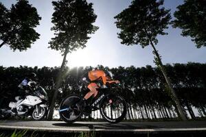 自転車ロード種目の世界選手権、女子個人タイムトライアルで走行するエレオノラ・ファンデイク=20日、ブリュージュ(ゲッティ=共同)
