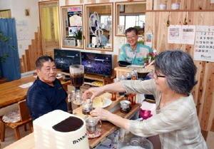 右からコーヒーを入れる近藤礼子さん、徳渕頼秀さん、山田要さん。中央奥のテレビ2台が展示されている商品=鳥栖市本町の「電'sとくぶち」