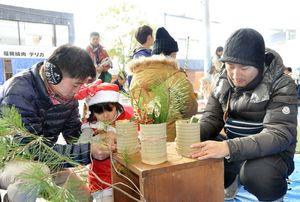 ミニ門松を作る参加者たち=佐賀市の656広場