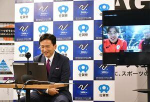 山口祥義知事とのオンライン面談で笑顔を見せる柳本幸之介選手(右)=県庁