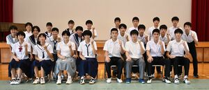 全国大会に出場するバレーボールの佐賀県選抜チームの選手たち=小城市の牛津中