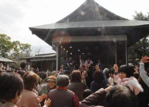 地元住民ら多くの人が今年の招福を願った豆まき=神埼市の櫛田宮