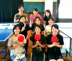 ママ部活「卓球部」に参加し笑顔のお母さんたち