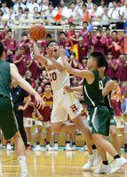 バスケットボール男子決勝リーグ・佐賀北-佐賀東 ゴールを狙う佐賀東の渡瀬=唐津市文化体育館