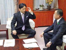 厳しい表情で山本農相(右)と会談する佐賀県の山口祥義知事=東京・霞が関の農林水産省