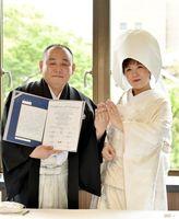 5月1日の令和初日に結婚式を挙げた田中宏典さん(左)、勝見彩子さん夫妻。親族の前で幸せな家庭を築くことを誓った=佐賀市のホテルニューオータニ佐賀