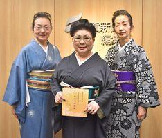 (左から)来場を呼び掛ける、板東三喜代さん、藤間美賀子さん、泉菊二さん=佐賀市の佐賀新聞社