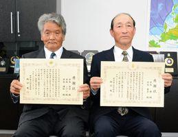 人命救助で感謝状が贈られた井本安芳さん(左)と井本齊さん=唐津海上保安部