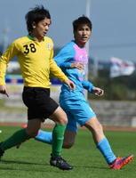 東京Vとの練習試合で、相手をマークする鳥栖MF原川選手(右)