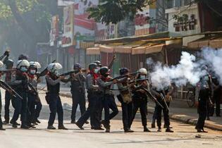 発砲でデモ参加者2人死亡