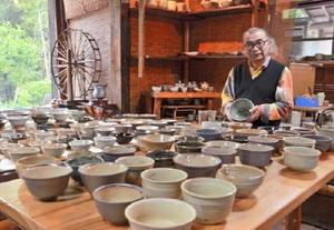 ゴールデンウィークに合わせて謝恩祭りを開く佐藤窯の佐藤華祐さん=みやき町白壁