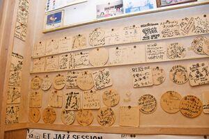 ライブに訪れたミュージシャンが記念にコースターに残していったサイン=唐津市二タ子のリキハウス