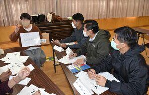 自己紹介をする日本語教室の参加者=伊万里市の黒川コミュニティセンター