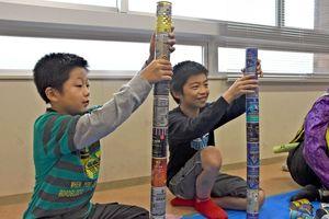 空き缶積みで高さを競う子どもたち=西九州大学神埼キャンパス